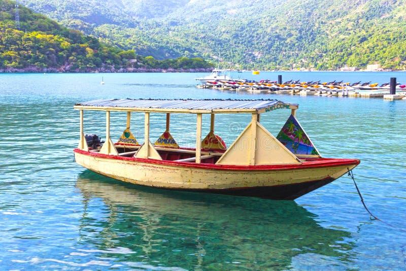 LABADEE, ГАИТИ - 1-ОЕ МАЯ 2018: Гаитянская рыбацкая лодка: Старая рыбацкая лодка около Labadee стоковые фотографии rf