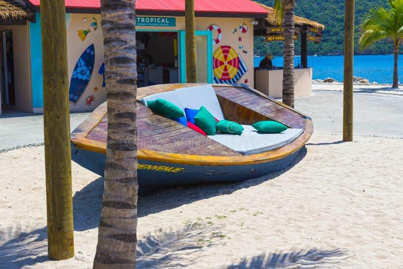 LABADEE, HAÏTI - 1ER MAI 2018 : Le banc en bois à la côte, Labadee, Haïti photographie stock libre de droits