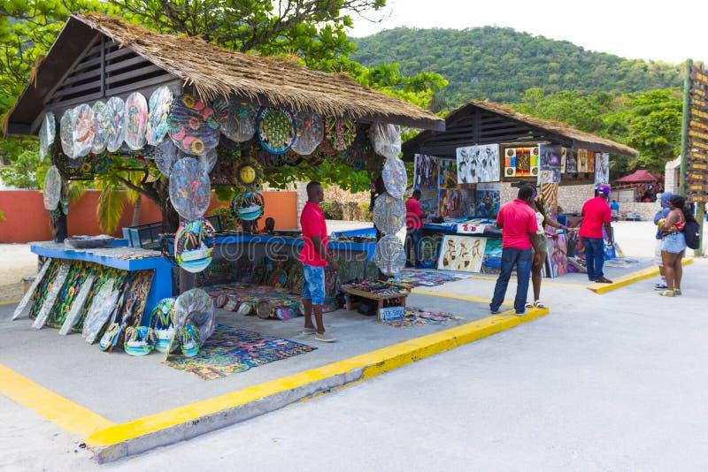 LABADEE, HAÏTI - MEI 01, 2018: De zonnige dag van Handcrafted Haïtiaanse herinneringen op strand bij eiland Labadee in Haïti stock afbeelding