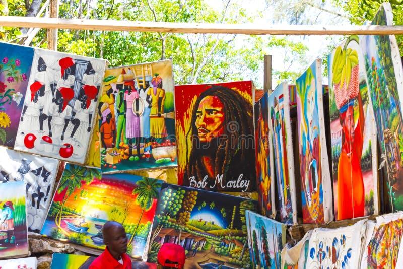 LABADEE, HAITÍ - 1 DE MAYO DE 2018: Día soleado haitiano Handcrafted de los recuerdos en la playa en la isla Labadee en Haití foto de archivo