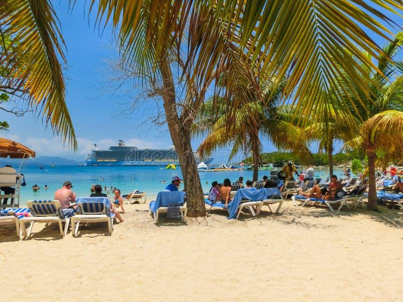 LABADEE HAITI - MAJ 01, 2018: Folk som tycker om dag på stranden i Haiti arkivbilder