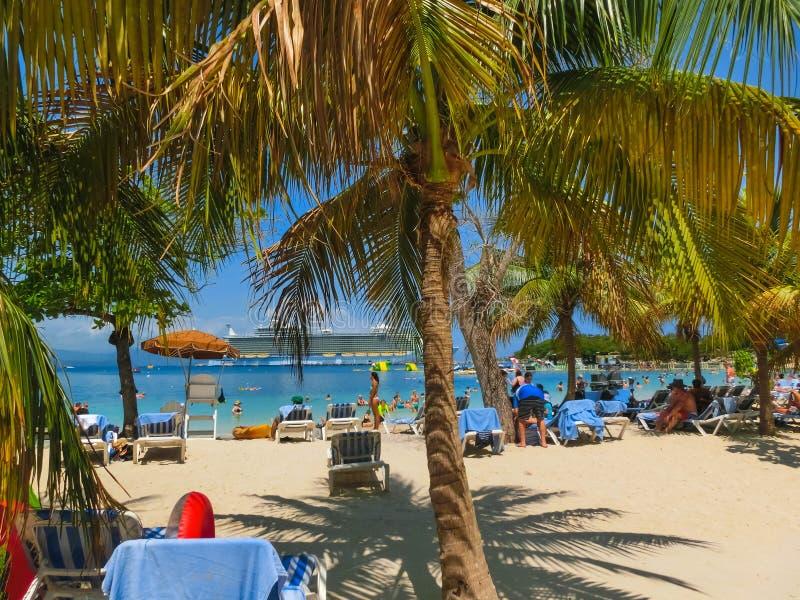 LABADEE HAITI - MAJ 01, 2018: Folk som tycker om dag på stranden i Haiti royaltyfria foton