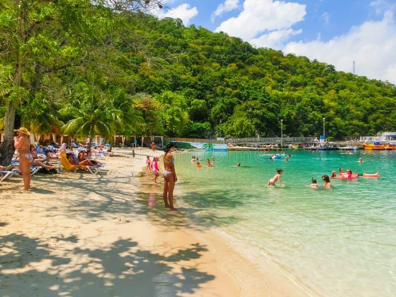 LABADEE HAITI - MAJ 01, 2018: Folk som tycker om dag på stranden i Haiti royaltyfri fotografi