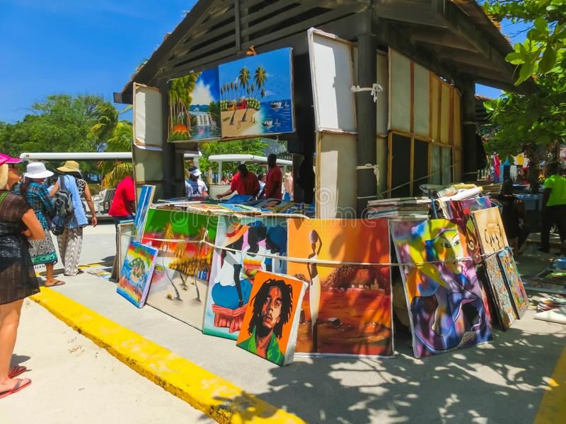 LABADEE HAITI - MAJ 01, 2018: Handcrafted solig dag för haitira souvenir på stranden på ön Labadee i Haiti royaltyfri fotografi