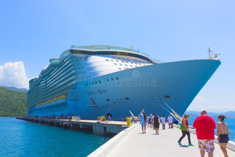 LABADEE HAITI, MAJ, - 01, 2018: Królewska Karaibska statek wycieczkowy oaza morza dokował przy intymnym portem Labadee wewnątrz fotografia stock