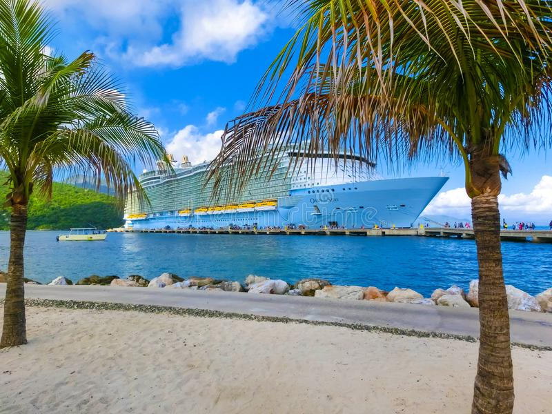 LABADEE HAITI, MAJ, - 01, 2018: Królewska Karaibska statek wycieczkowy oaza morza dokował przy intymnym portem Labadee wewnątrz zdjęcia royalty free