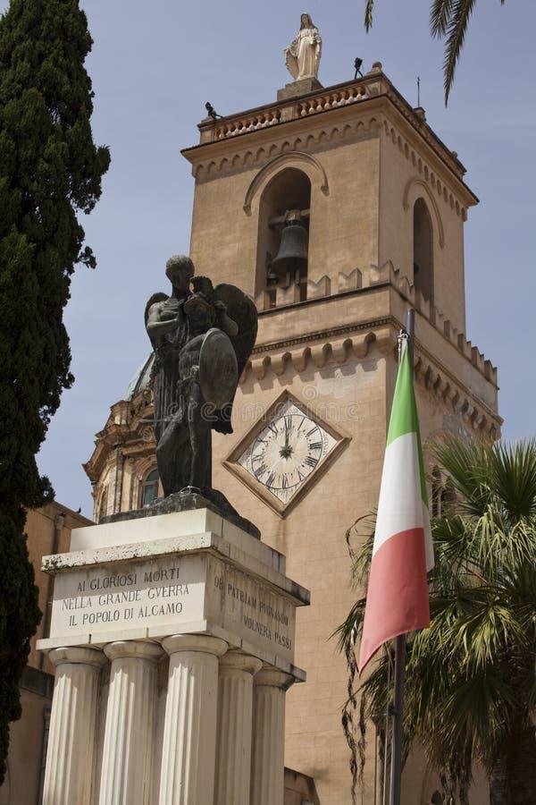 LaBasilica Santa Maria Assunta och storkrigminnesmärken arkivfoton