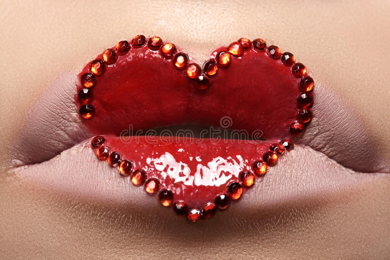 Labbra del primo piano con trucco rosso & i cristalli di rocca del cuore Stile di giorno di biglietti di S. Valentino fotografie stock libere da diritti