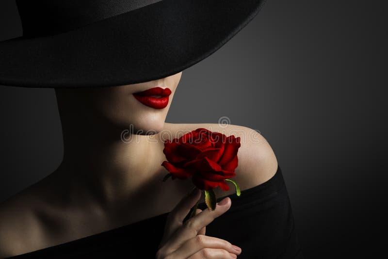 Labbra della donna e Rose Flower rosse, modello di moda Beauty Portrait fotografie stock