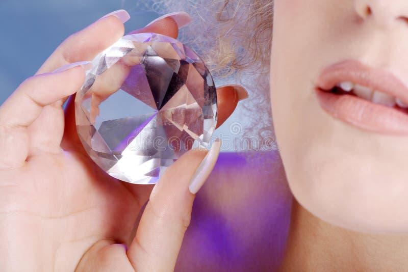Labbra e mani con il diamante fotografia stock
