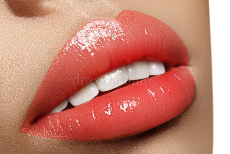 Labbra grassottelle del primo piano Cura del labbro, aumento, riempitori Macro foto con il dettaglio del fronte Forma naturale co fotografie stock libere da diritti