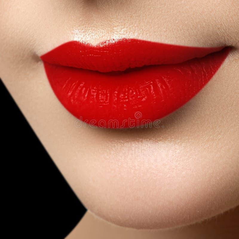 Labbra perfette della stuoia Fine sexy della bocca della ragazza su Giovane donna s di bellezza fotografia stock libera da diritti