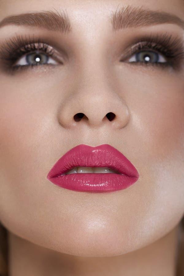 Labbra rosse. Dettaglio rosso di trucco del labbro di bellezza. Bello trucco Closeu immagine stock libera da diritti