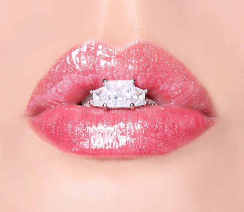 Labbra sexy con Diamond Ring. Lucentezza rosa del labbro di bellezza. Bocca fotografia stock libera da diritti