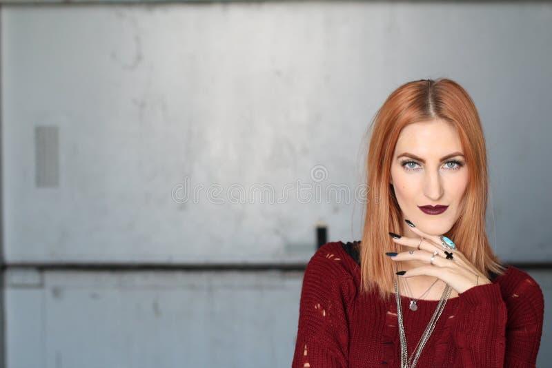 Labbra sexy di Ginger Woman del vampiro con sangue Progettazione di arte di fascino di modo Testa rossa fotografie stock