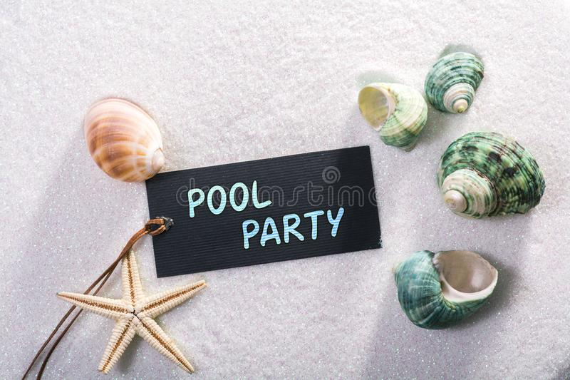 Label avec la réception au bord de la piscine images stock