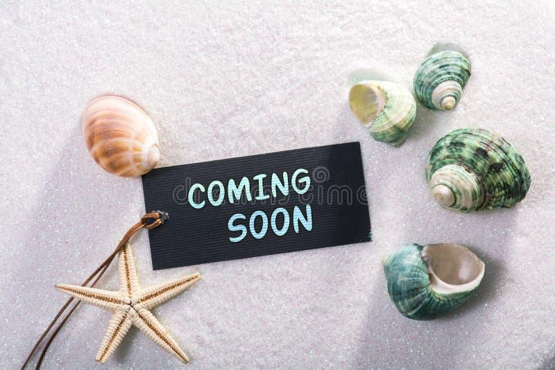 Label avec venir bientôt images stock