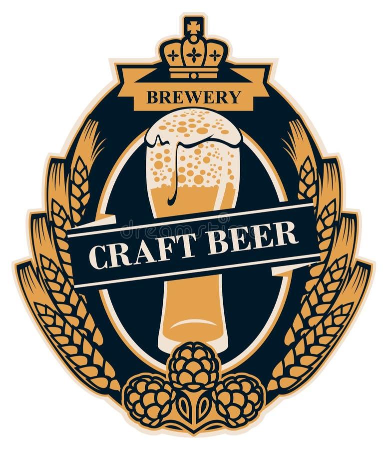Label de bière avec des oreilles de blé, des houblon et le verre de bière illustration de vecteur