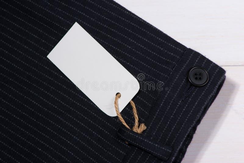 Label de papier blanc avec de la ficelle sur le pantalon photo libre de droits