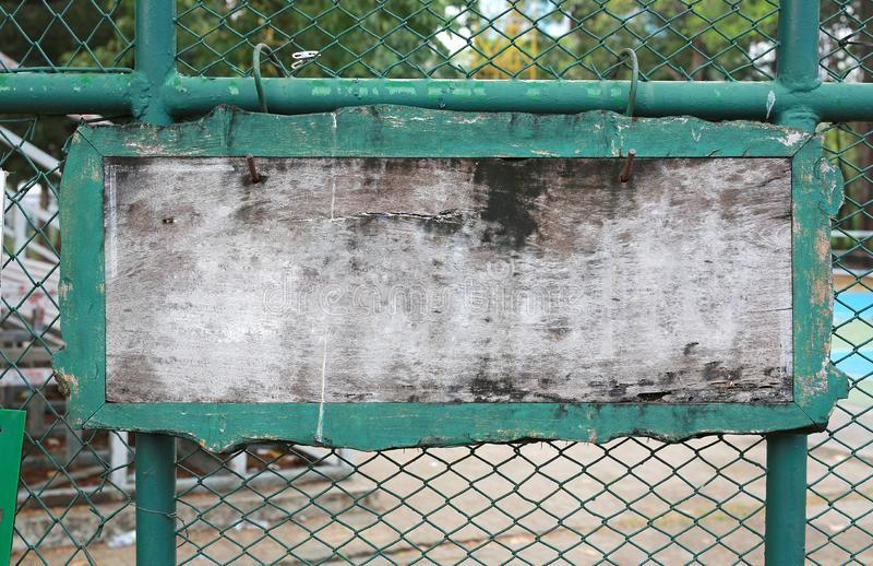 Label en bois vide sur la barrière en acier de grillage images stock