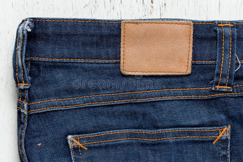 Label en cuir vide de jeans sur blues-jean photo stock