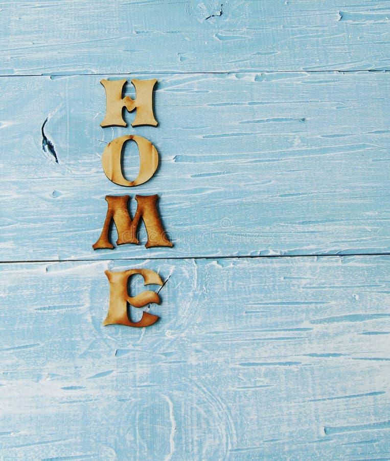 Label - maison sur le fond en bois photographie stock libre de droits
