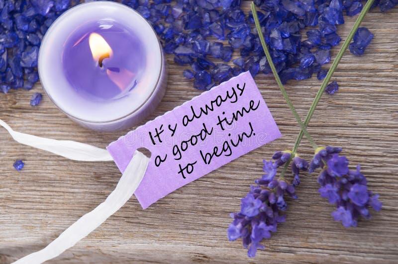 Label pourpre avec la citation de la vie sa toujours un bon temps pour commencer et fleurs de lavande photos libres de droits