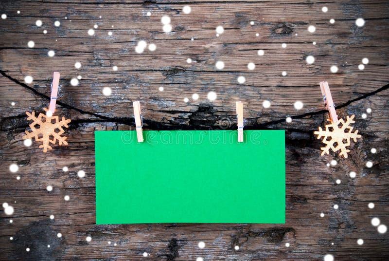 Label vert vide avec la neige sur le fond en bois photo libre de droits