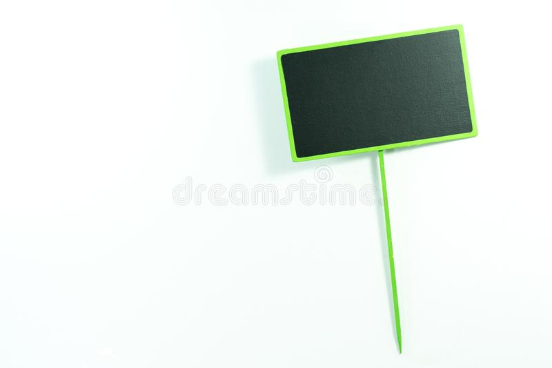 Label vide de tableau noir avec le cadre vert d'isolement sur un dos de blanc photographie stock