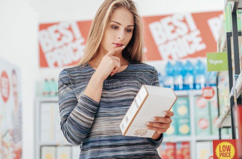 Labels de nourriture de lecture de femme photos libres de droits