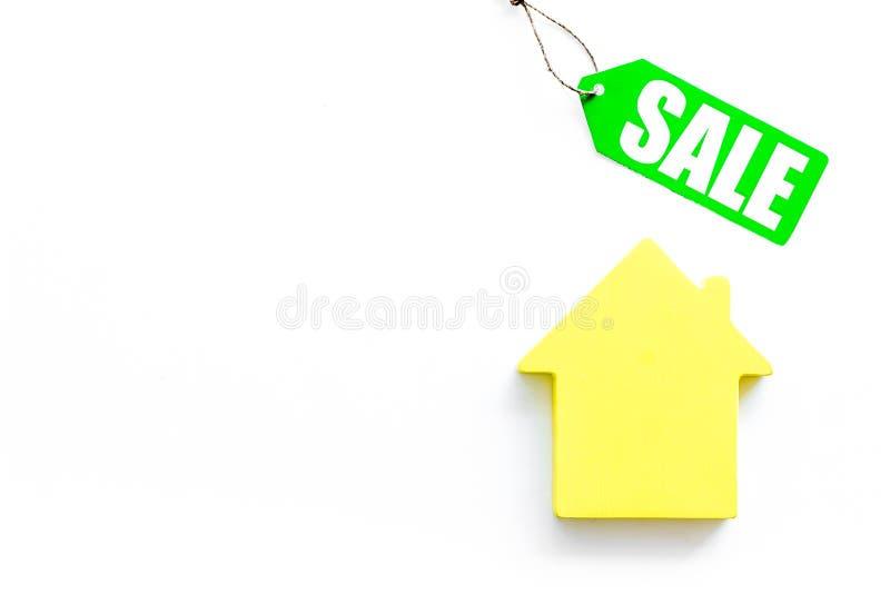 Labels de vente avec la maison dans la remise sur la moquerie blanche de vue supérieure de fond  photographie stock libre de droits