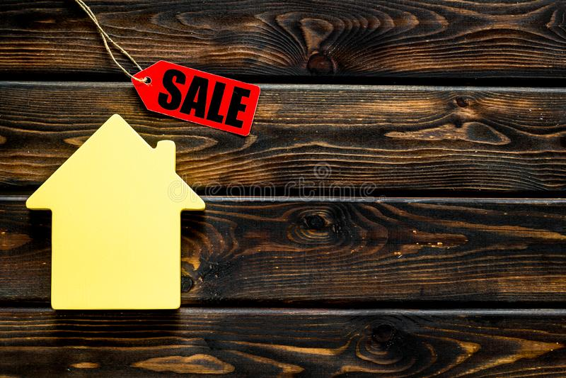 Labels de vente avec la maison dans la remise sur la moquerie en bois de vue supérieure de fond  images stock
