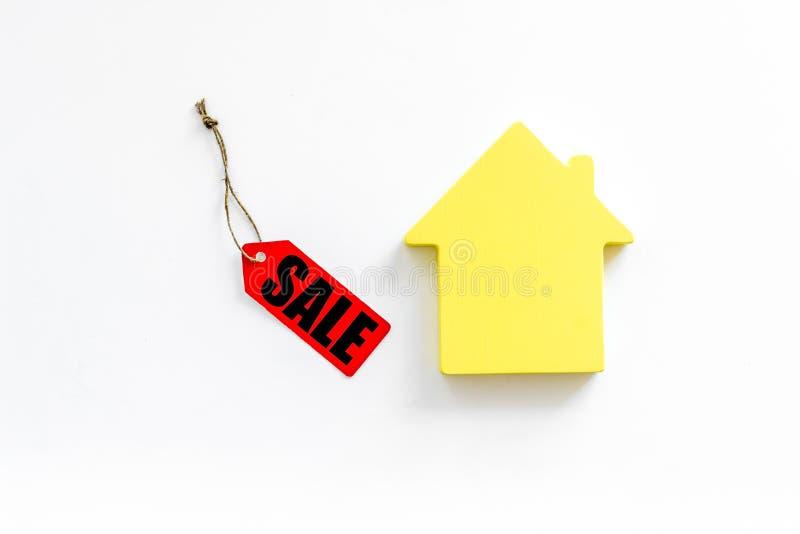Labels de vente avec la maison dans la remise sur la vue supérieure de fond blanc images stock
