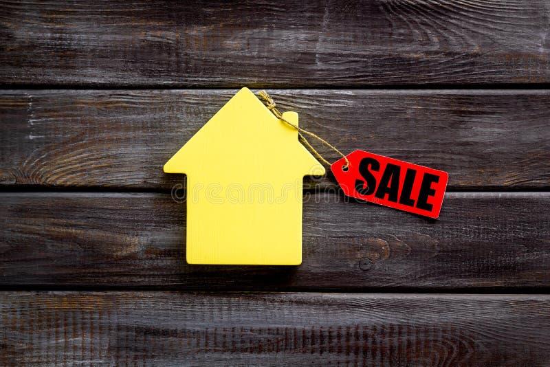 Labels de vente avec la maison dans la remise sur la vue supérieure de fond en bois photos libres de droits