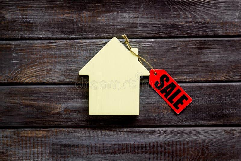 Labels de vente avec la maison dans la remise sur la vue supérieure de fond en bois photo stock