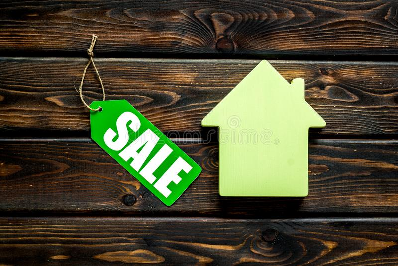 Labels de vente avec la maison dans la remise sur la vue supérieure de fond en bois photographie stock