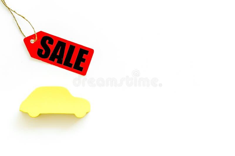 Labels de vente avec la voiture dans la remise sur la moquerie blanche de vue supérieure de fond  photographie stock