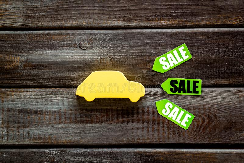 Labels de vente avec la voiture dans la remise sur la vue supérieure de fond blanc photographie stock libre de droits