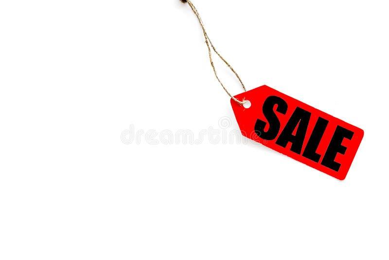 Labels de vente dans la remise sur la moquerie blanche de vue supérieure de fond  images stock