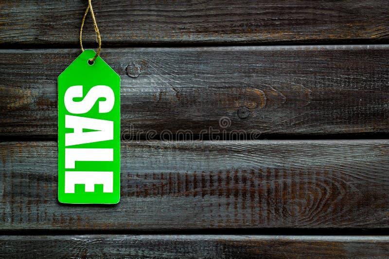 Labels de vente dans la remise sur la moquerie en bois de vue supérieure de fond  photos libres de droits