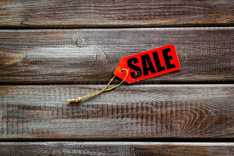 Labels de vente dans la remise sur la moquerie en bois de vue supérieure de fond  photos stock