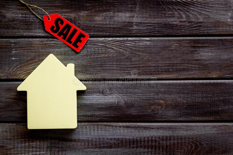 Labels de vente et chiffre de maison sur la moquerie blanche de vue supérieure de fond  photographie stock libre de droits