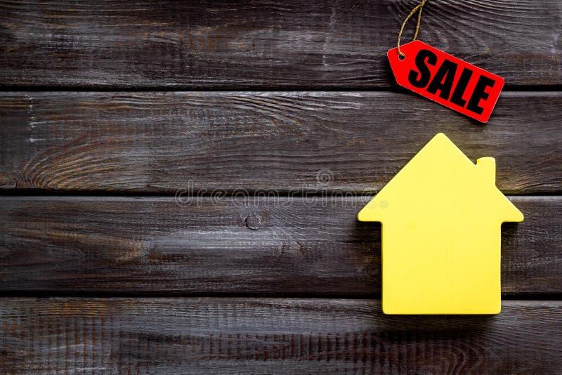 Labels de vente et chiffre de maison sur la moquerie blanche de vue supérieure de fond  images stock