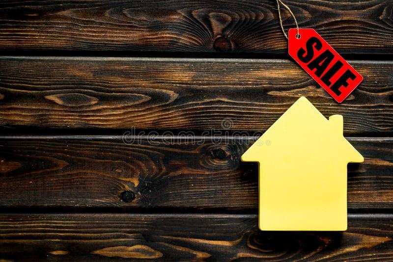 Labels de vente et chiffre de maison sur la moquerie en bois de vue supérieure de fond  image libre de droits
