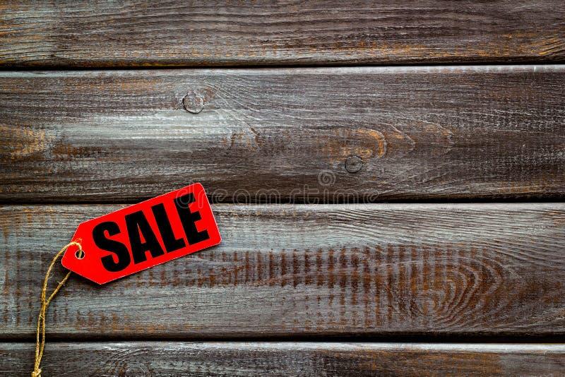 Labels de vente sur la maquette en bois de vue supérieure de fond photos stock