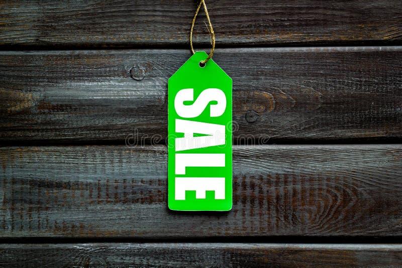 Labels de vente sur la vue supérieure de fond en bois images stock