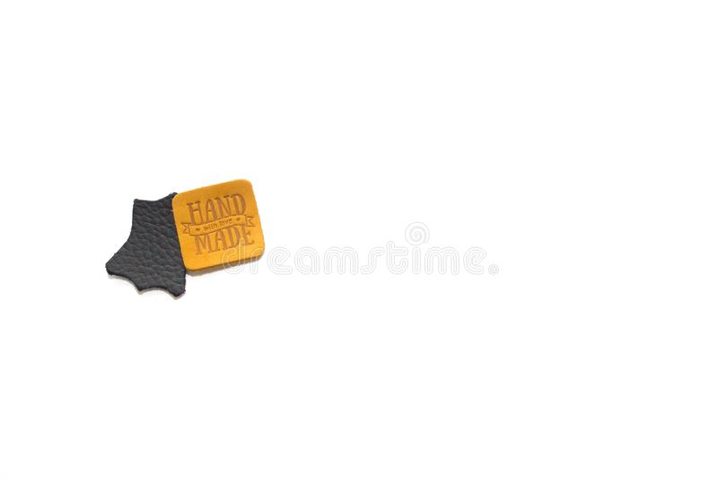 Labels faits main en cuir noirs et bruns d'isolement sur le fond blanc photographie stock libre de droits