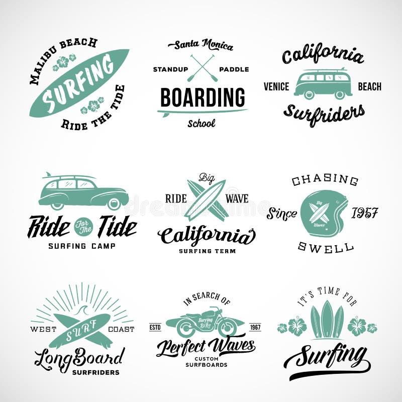 Labels surfants de rétro style de vecteur, logos ou planches de surf comportantes de conception graphique de T-shirt, ressac Wood illustration de vecteur