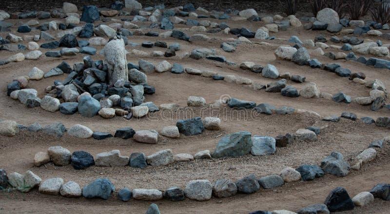 Laberinto de piedra natural tradicional del laberinto hecho para la reflexión y la adoración, creado con las rocas en sombras del fotografía de archivo libre de regalías