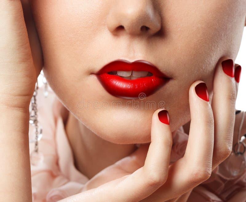 Labios atractivos con el lápiz labial rojo fotos de archivo